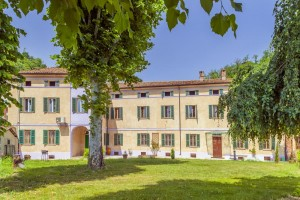 Casa padronale con giardino privato asti for Piani casa padronale