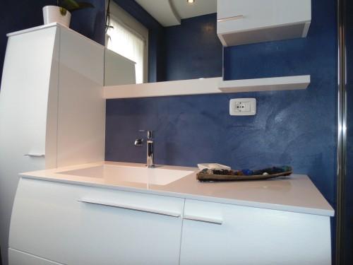 Rivestimento pareti e pavimento bagno resina blu spiazzo - Pavimento e rivestimento bagno uguale ...