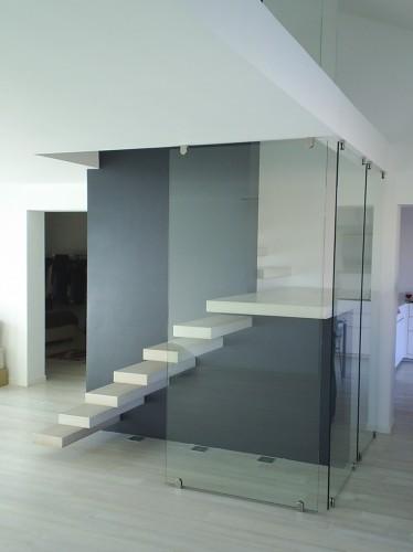 Scala con gradini a sbalzo con parete in vetro este - Scale con vetro ...