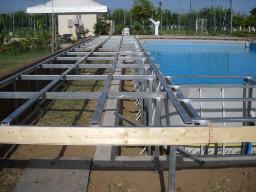 Piscina fuori terra con solarium priolo gargallo for Rivestimento piscina