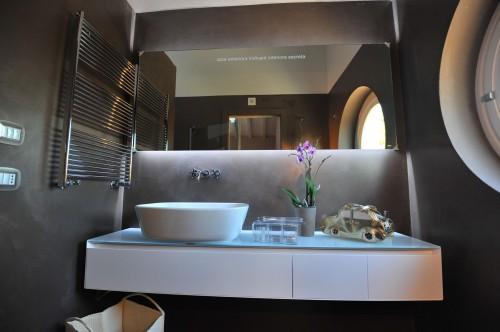 Rivestimento del bagno con resina spatolata color - Bagno di cioccolato ...