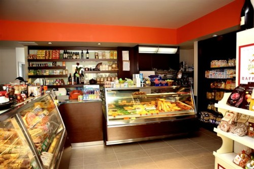 La scaffalatura in legno arreda i tuoi spazi bar and for Arreda negozi shop