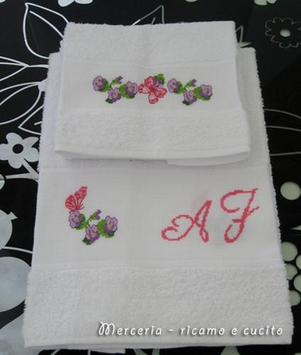 Coppia asciugamani con farfalline su fiori e iniziali for Farfalline punto croce