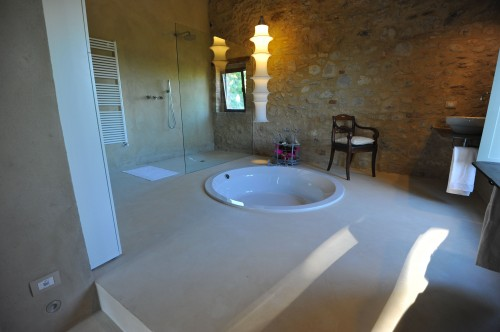 Pavimento del bagno in resina bianca spatolata. : (rosignano solvay)