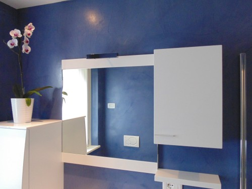 Rivestimento pareti e pavimento bagno resina blu spiazzo - Resina pareti bagno ...