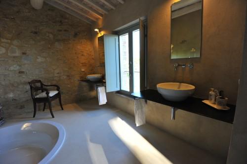Pavimento del bagno in resina bianca spatolata - Bagno in resina ...