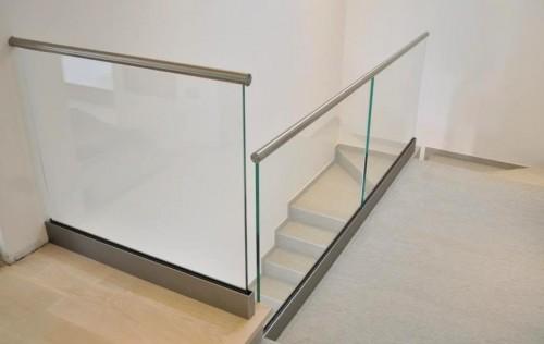 Parapetto in acciaio inox e vetro con corrimano a incastro este - Parapetti in vetro per scale ...