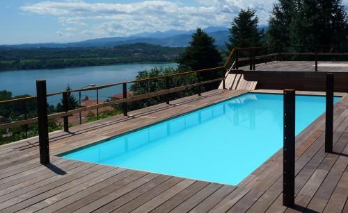 Pavimentazione in legno bordo piscina cantello for Bordo piscina legno