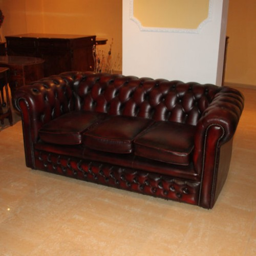 Divano chesterfield tre posti a tre cuscini bordeaux for Divano bordeaux