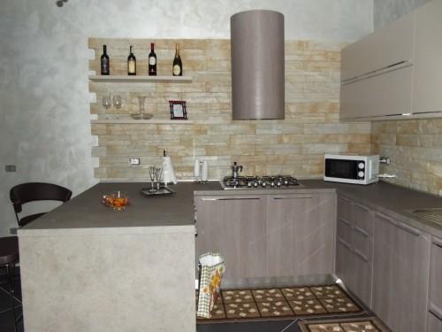 Cucina con pietra ricostruita castel morrone - Rivestimento cucina effetto pietra ...