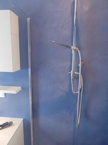 Rivestimento pareti e pavimento bagno resina blu : (Spiazzo)