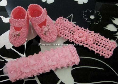 Scarpette e fasce per capelli rosa in cotone all'uncinetto