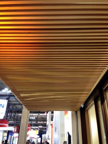 Controsoffitto a doghe verticali in legno listelli di for Rivestimenti in legno verticali