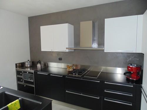 Parete e pavimento cucina in resina trento spiazzo - Rivestimenti in resina per cucina ...