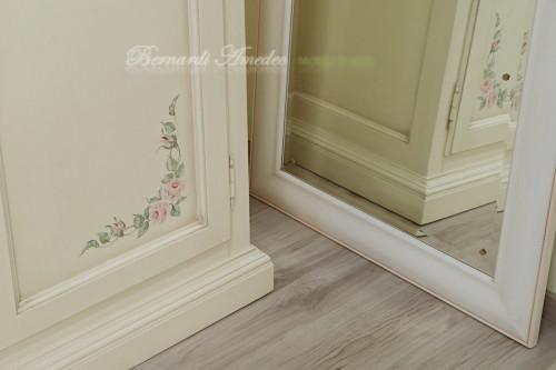 Armadio in legno dipinto con decori ros - Decori in legno per mobili ...