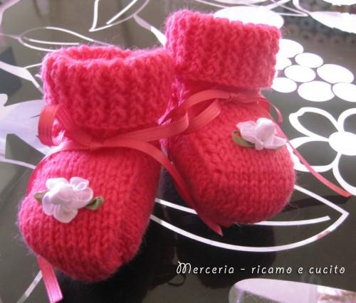 Scarpette neonata di lana ai ferri con fiore