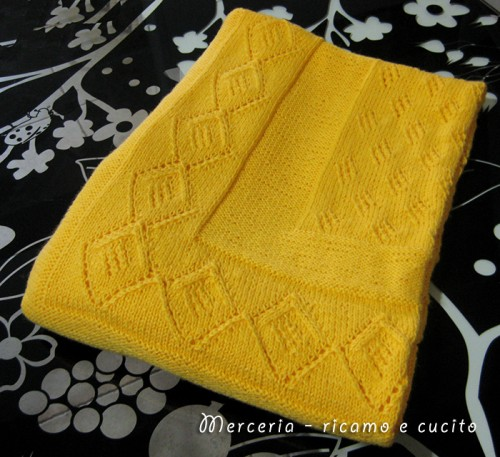 Copertina in lana per neonato con rombi traforati