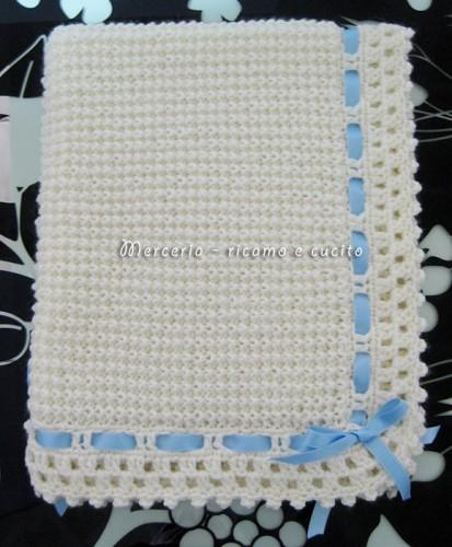 Copertina lavorata in lana per neonato