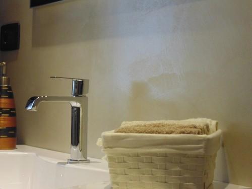 Bagno in resina beige con decoro spiazzo for Bagni in resina immagini