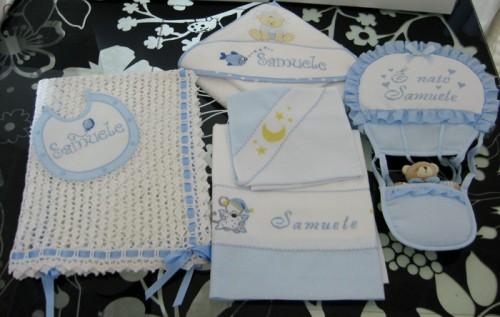 Set corredino per nascita – Copertina, lenzuolino, accappatoio, bavetta e fiocco nascita per Samuele