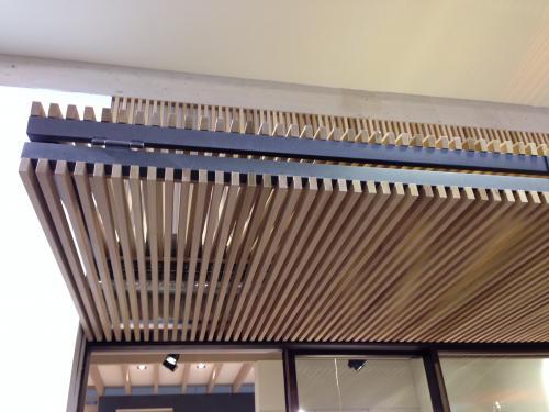 Controsoffitto in listelli di legno terminali antivento for Controsoffitto in legno