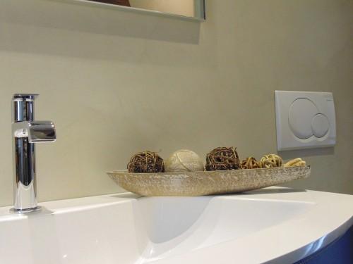 Bagno in resina beige con decoro : spiazzo