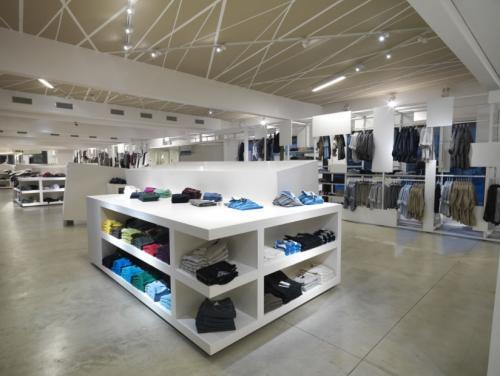 Arredamento per negozi di abbigliamento cardano al campo for Arredamento per negozi abbigliamento