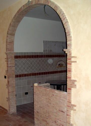 Colonne archi camini cornici roma - Archi interni rivestiti in pietra ...