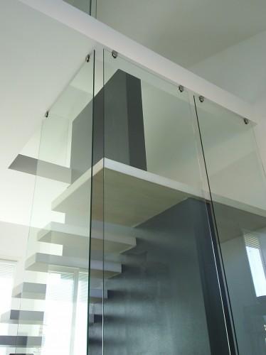 Scala con gradini a sbalzo con parete in vetro : (Este)