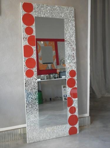Mosaico di specchio spezzato e cerchi in vetro smaltato rosso campiglia marittima - Specchio mosaico vetro ...