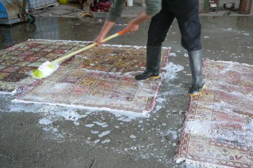 Lavaggio professionale ad acqua per tappeti persiani - Lavaggio tappeti in casa ...
