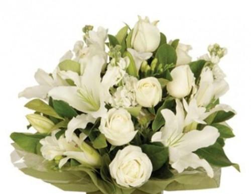 bouquet di lilium e rose bianche gaeta. Black Bedroom Furniture Sets. Home Design Ideas
