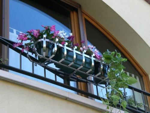 Fioriera per terrazza regolabile in acciaio casier for Portavasi da balcone