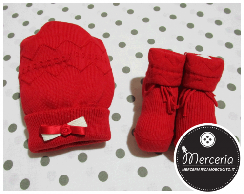 Cuffia e scarpette rosse in lana