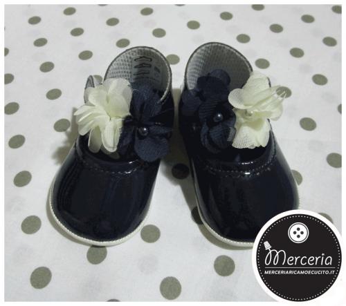 Scarpine neonato blu con fiori