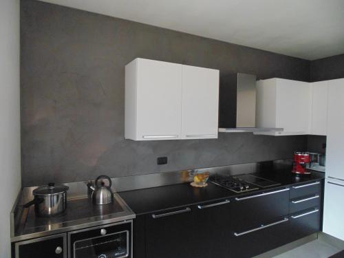 Parete e pavimento cucina in resina trento spiazzo for Piastrelle parete cucina